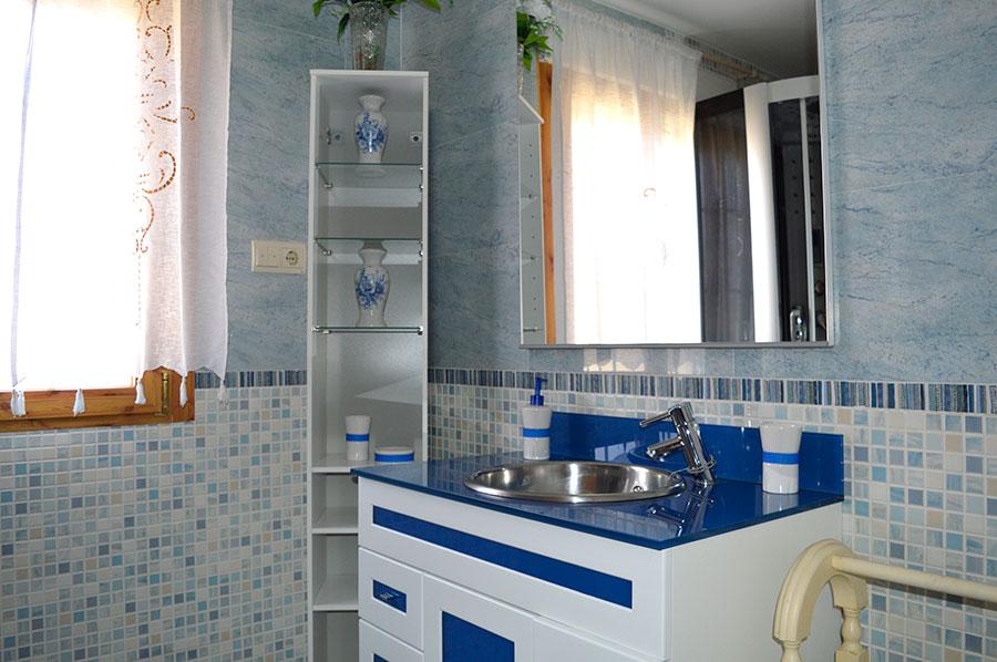 Casa-Rural-El-Balcon-de-Siete-Picos-baño-azul-1