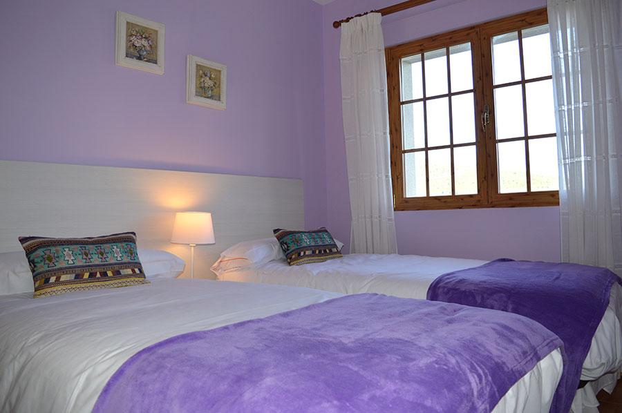 Casa-Rural-El-Balcon-de-Siete-Picos-habitación-lila-1